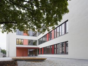 144. Grundschule - Vorplatz am Haupteingang