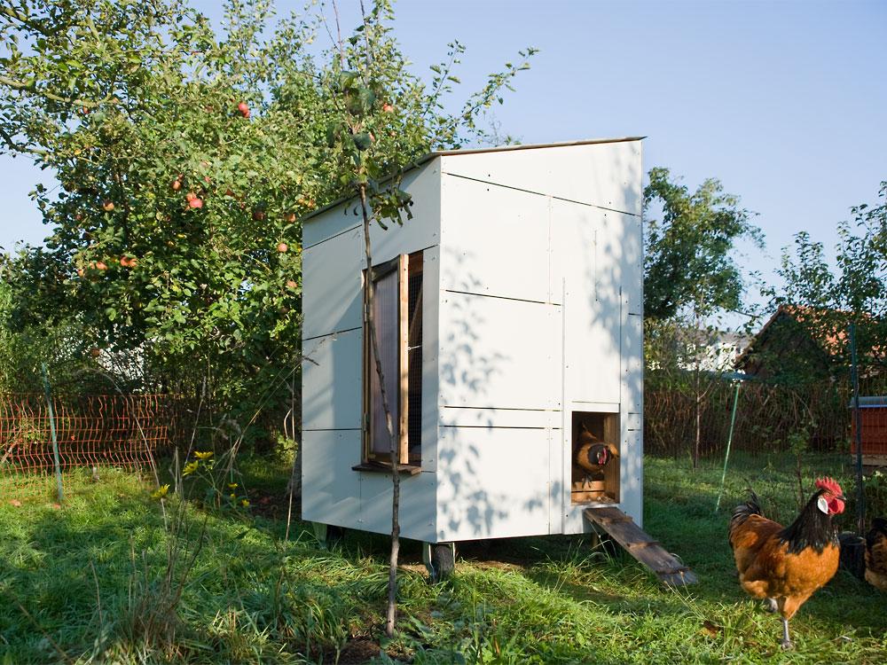 Schlupf an mobilem Hühnerstall mit wiederverwendeter Alucobond-Fassade