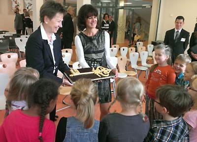 Feierliche Eroeffnung der Grundschule durch Helma Orosz
