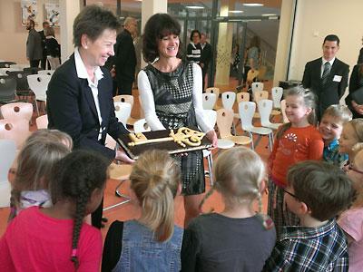 Feierliche Eröffnung der Grundschule durch Helma Orosz
