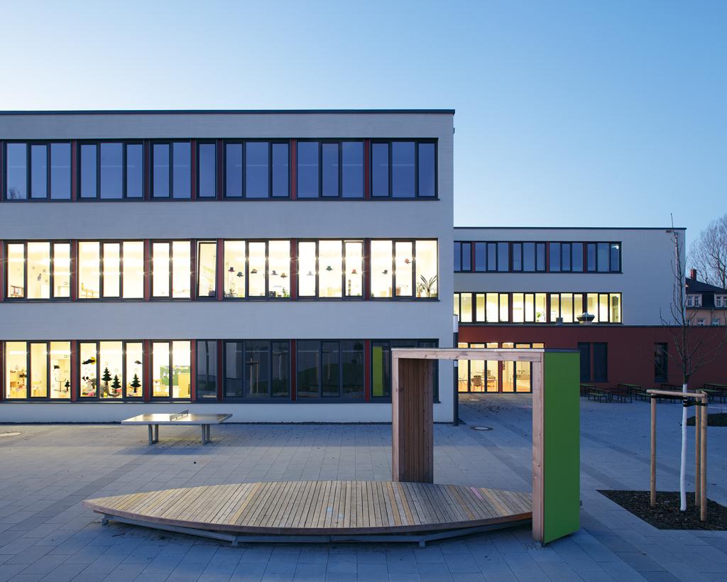 Schulhof-bleuchtet-Grundschule-Micktner-Str