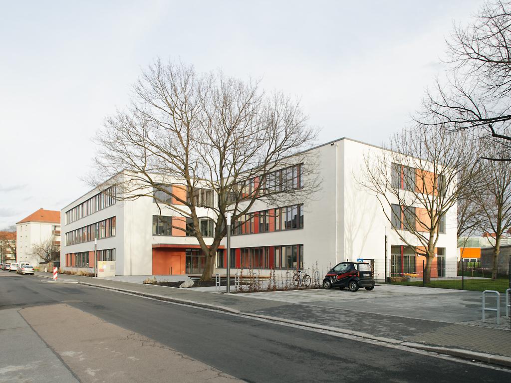 Strassenansicht-Grundschule-Micktner-Str
